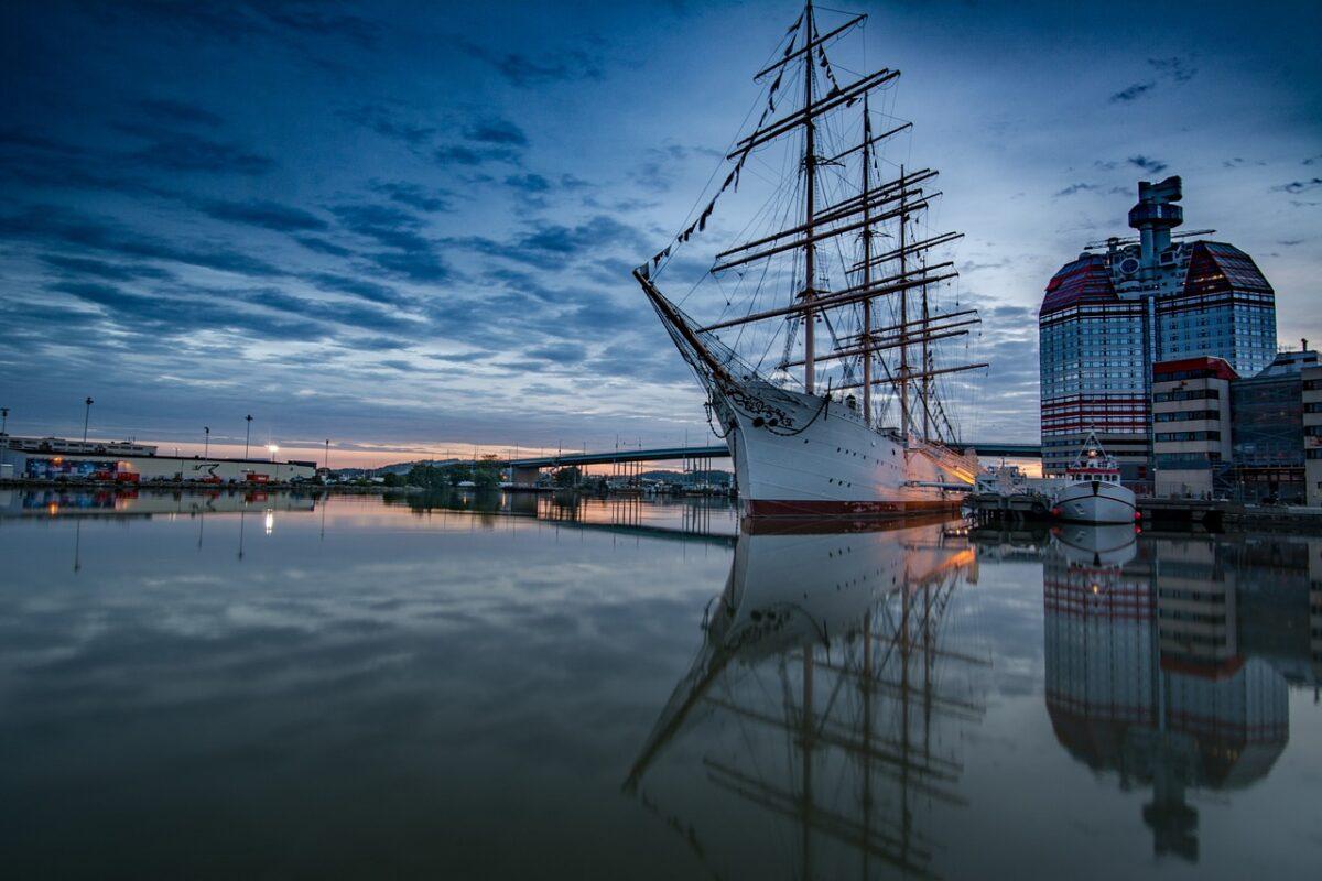 Segelbåt i Göteborgs hamn i skymning